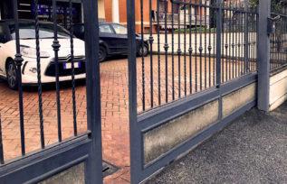 Cancello automatico KIKO Stone - in ferro con inserti in pietra- Roma